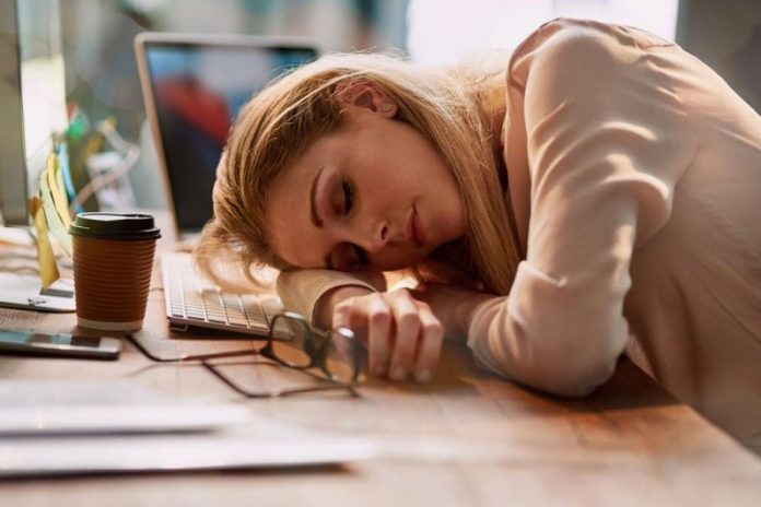 Πόσο αποδίδεται στη δουλειά σας; Αν κοιμάστε 5 ώρες τη μέρα είναι σαν να έχετε πιει ένα μπουκάλι κρασί