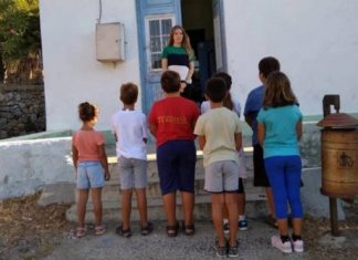 Eλένη Tάνου: Η δασκάλα που κάθε πρωί πάει στην Τέλενδο με βαρκούλα