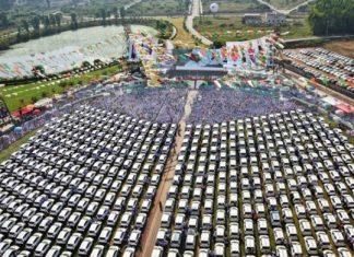 ΙΝΔΙΑ: Εργοδότης έκανε δώρο στους υπαλλήλους 600 καινούργια αυτοκίνητα
