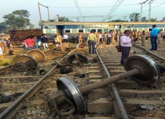 Έκτακτο - ΙΝΔΙΑ: Τρένο έπεσε πάνω σε πλήθος – Φόβοι για τουλάχιστον 50 νεκρούς