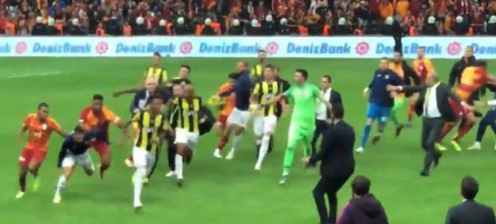 ΤΟΥΡΚΙΑ: Απίστευτο ξύλο μεταξύ των ποδοσφαιριστών, στο ντέρμπι Γαλατά – Φενέρ