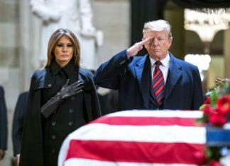 Ο πρόεδρος των ΗΠΑ Ντόναλντ Τραμπ απέτισε φόρο τιμής τη Δευτέρα το βράδυ στον Ρεπουμπλικάνο προκάτοχό του στην προεδρία Τζορτζ Χέρμπερτ Ουόκερ Μπους