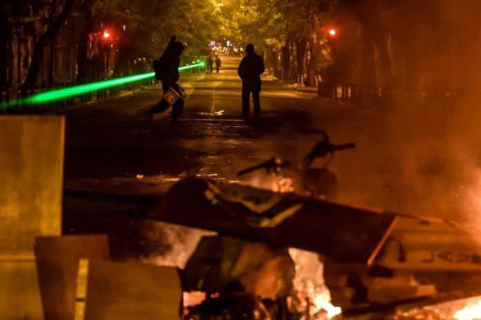 Εξάρχεια: Οδομαχίες, μολότοφ και φωτιές – Δύο τραυματίες