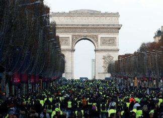 ΠΑΡΙΣΙ: Επεισόδια και δακρυγόνα στη μεγάλη συγκέντρωση των «κίτρινων γιλέκων»