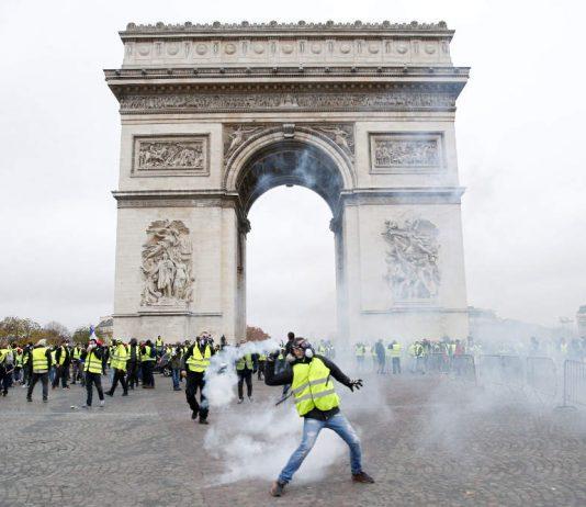 Συγκρούσεις ξέσπασαν ανάμεσα σε δεκάδες διαδηλωτές και αστυνομικούς στο Παρίσι κατά το 23ο Σάββατο των διαδηλώσεων των «κίτρινων γιλέκων».