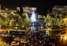 Αθήνα: Άναψαν τα φωτάκια στο χριστουγεννιάτικο δέντρο στο Σύνταγμα