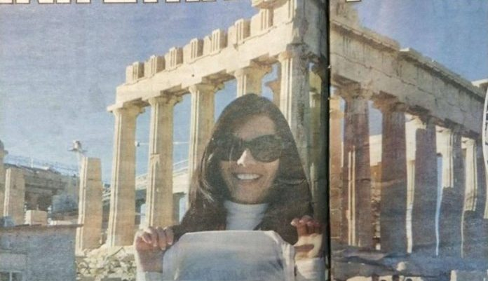 Ανεπίτρεπτο! Ηθοποιός ταινιών ενηλίκων φωτογραφίζεται χωρίς ρούχα στην Ακρόπολη