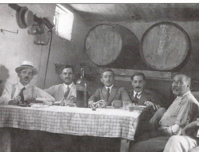 «Μέσ' την υπόγεια την ταβέρνα», πίνει κρασάκι με φίλους του
