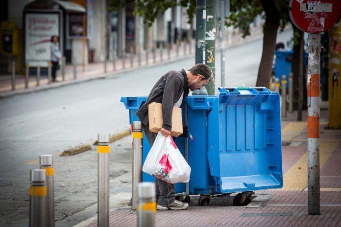 Οριακά τα βγάζει πέρα το 64% των Ελλήνων