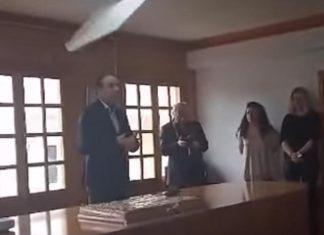 """Φωτιστικό """"σημαδεύει"""" το κεφάλι του δημάρχου Ιωαννίνων"""