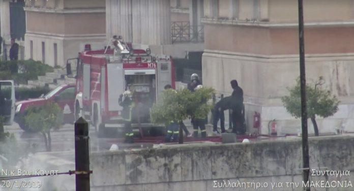 Κουκουλοφόροι και αστυνομικοί πλάι-πλάι έξω από τη Βουλή
