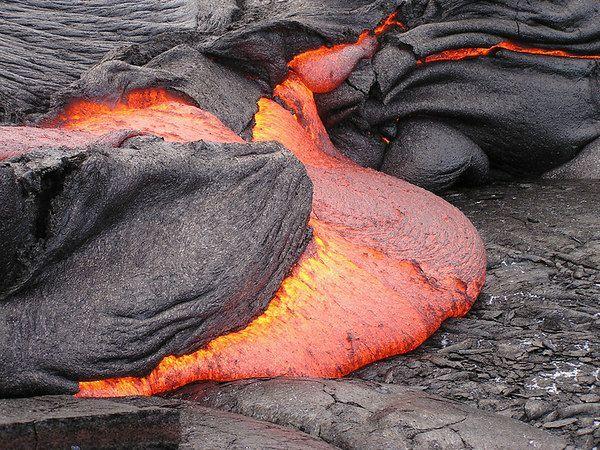 Ένα εντυπωσιακό βίντεο με ηφαιστειακή λάβα τη στιγμή που «σκάει» ο φλοιός της γης