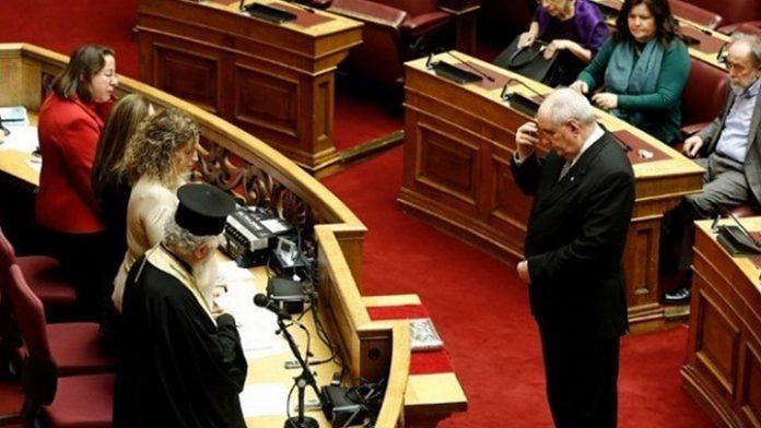 Ορκίστηκε ο Κουίκ: Δεν παραδίδω την έδρα, στηρίζω την κυβέρνηση