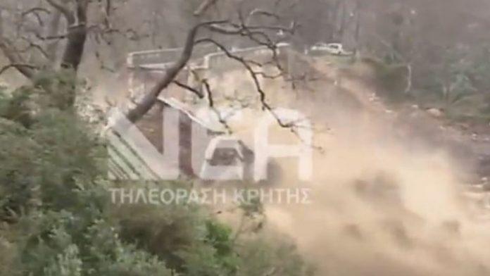 Χανιά: Συγκλονιστικό βίντεο - Η στιγμή που καταρρέει η ιστορική γέφυρα του Κερίτη