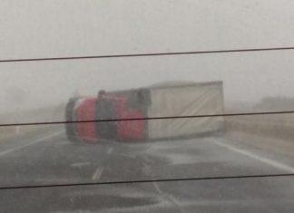 Εγνατία οδός: Ανετράπη νταλίκα από τον ισχυρό άνεμο – Σοκαριστικές εικόνες