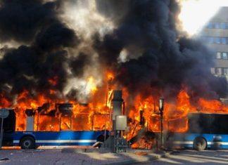 ΣΤΟΚΧΟΛΜΗ: Οι πρώτες εικόνες από την έκρηξη σε λεωφορείο