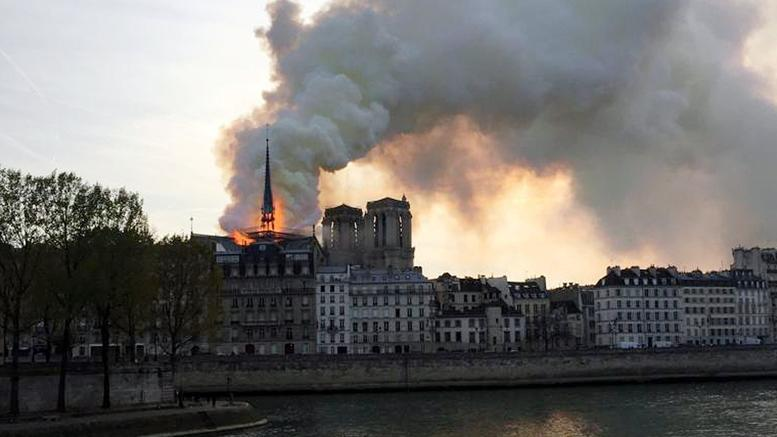 ΠΑΡΙΣΙ: Παγκόσμια θλίψη - Μεγάλη φωτιά καταστρέφει την Παναγία των Παρισίων