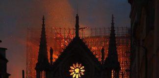 ΠΑΡΙΣΙ - Πυροσβέστες: «Μάλλον δεν θα τα καφέρουμε»