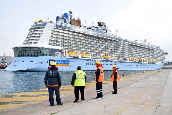Πειραιάς: Έδεσε στο λιμάνι το μεγαλύτερο κρουαζιερόπλοιο του κόσμου