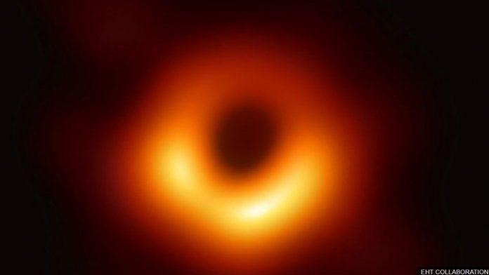 Η NASA δημοσίευσε την πρώτη φωτογραφία της μαύρης τρύπας
