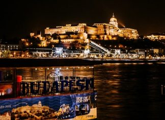 Ποταμόπλοιο με δεκάδες επιβαίνοντες ανετράπη στο Δούναβη