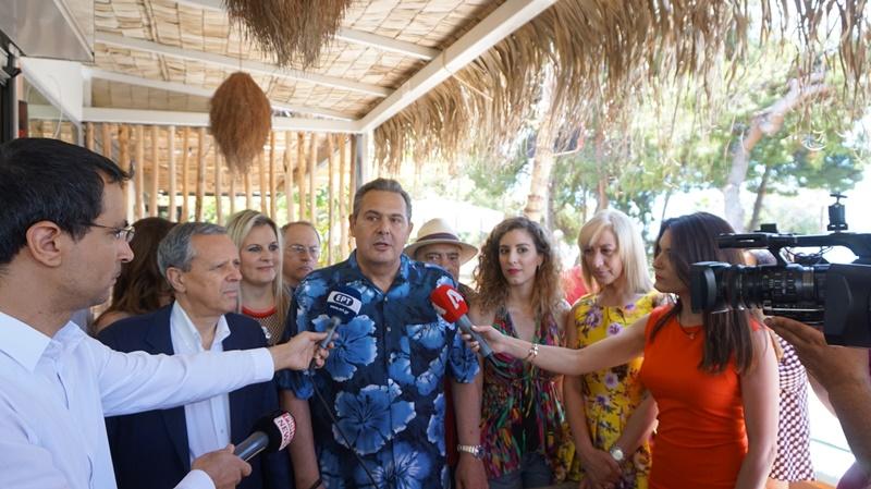 Τον ρόλο του… μπάρμαν ανέλαβε ο Πάνος Καμμένος φορώντας και χαβανέζικο πουκάμισο!