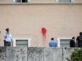 Βουλή: Θρασύτατη επίθεση Ρουβίκωνα – Πέταξαν μπογιές