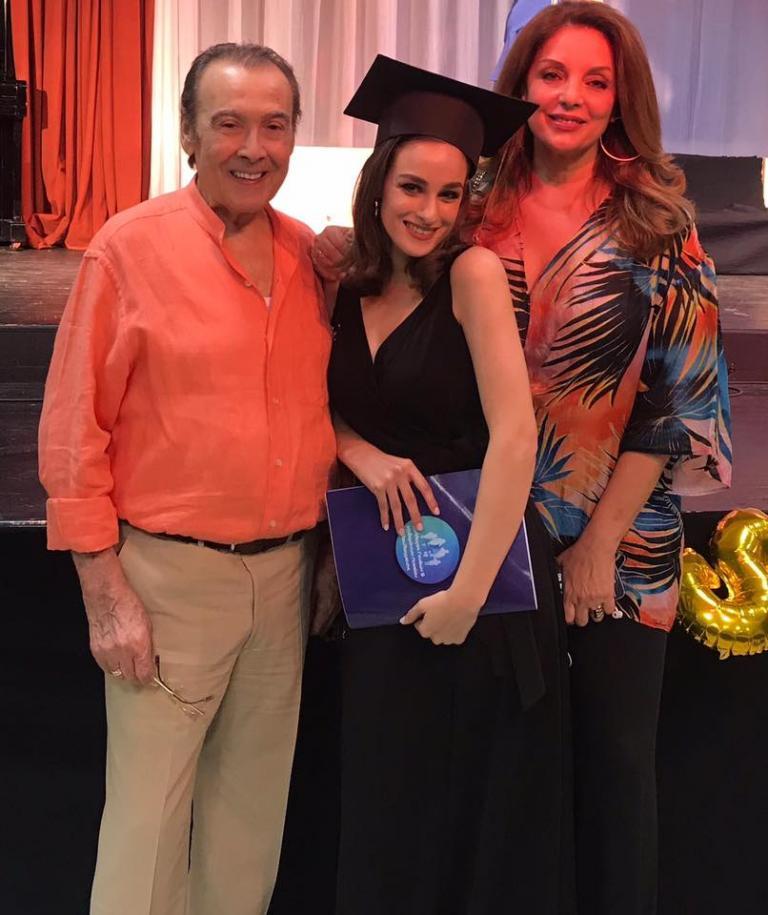 Αποφοίτησε από το Λύκειο η πανέμορφη κόρη του Βοσκόπουλου και της Γκερέκου