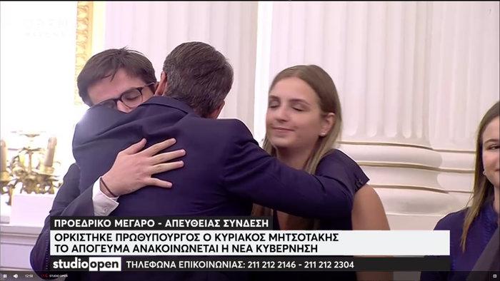 O Kυριάκος ορκίστηκε πρωθυπουργός και «χάθηκε» στην αγκαλιά της Μαρέβας