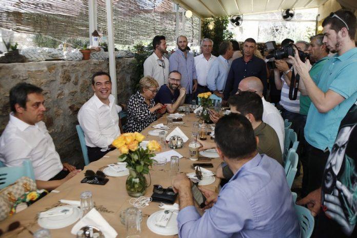 Σε ταβέρνα στο Λαύριο το καθιερωμένο γεύμα του πρωθυπουργού με τους δημοσιογράφους