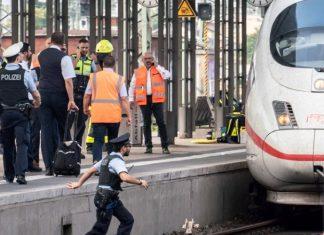 Τραγικό θάνατο βρήκε ένα οκτάχρονο αγόρι στη Φρανκφούρτη που το παρέσυρε τρένο, όταν ένας άνδρας το έσπρωξε μαζί με τη μητέρα του στις ράγες!