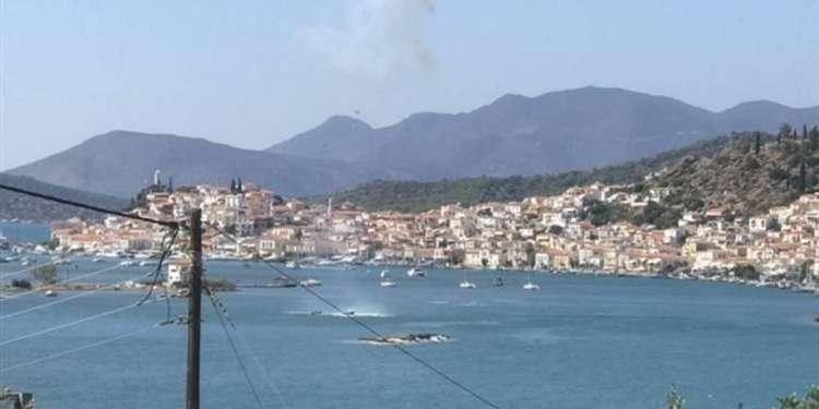 Η ανακοίνωση από το λιμενικό έχει ως εξής:  «Το Ενιαίο Κέντρο Συντονισμού Έρευνας και Διάσωσης του Λιμενικού Σώματος- Ελληνικής Ακτοφυλακής ενημερώθηκε τις μεσημβρινές ώρες σήμερα για πτώση ιδιωτικού ελικοπτέρου, στην θαλάσσια περιοχή του διαύλου Πόρου – Γαλατά, με τρεις επιβαίνοντες (έναν Έλληνα χειριστή και δύο αλλοδαπούς επιβάτες).  Άμεσα κινητοποιήθηκε το Ενιαίο Κέντρο Συντονισμού Έρευνας και Διάσωσης του Λ.Σ.-ΕΛ.ΑΚΤ. και στην περιοχή έσπευσαν έξι (6) περιπολικά σκάφη των όμορων Λιμενικών Αρχών Πόρου, Πειραιά, Σαρωνικού, Ερμιόνης, Επιδαύρου και Ύδρας ιδιώτες δύτες, καθώς και μεγάλος αριθμός ιδιωτικών σκαφών και Ε/Γ-Λαντζών. Παράλληλα στην περιοχή έσπευσε κλιμάκιο της Μονάδας Υποβρυχίων Αποστολών του Λ.Σ.-ΕΛ.ΑΚΤ., ενώ με μέριμνα του ΕΚΣΕΔ απογειώθηκε ελικόπτερο SUPER PUMA της Πολεμικής Αεροπορίας.  Αποτέλεσμα των ερευνών ήταν η ανάσυρση από το κλιμάκιο της Μονάδας Υποβρυχίων Αποστολών Λ.Σ.-ΕΛ.ΑΚΤ., τριών (3) συνολικά σορών ανδρών.  Προανάκριση για το περιστατικό διενεργείται από τη Λιμενική Αρχή Πόρου, ενώ από το περιστατικό δεν παρατηρήθηκε θαλάσσια ρύπανση».  Στο μεταξύ, συγκλονιστικές είναι οι φωτογραφίες που δημοσιεύτηκαν στον λογαριασμό του GreekBurger στο facebook λίγα λεπτά πριν το ελικόπτερο πέσει στη θαλάσσια περιοχή ανάμεσα στον Πόρο και τον Γαλατά.  Όπως μπορείτε να δείτε και στην φωτογραφία το ελικόπτερο έχει βγάλει καπνούς και έχει πέσει στη θάλασσα στον Πόρο. Στις άλλες δυο φωτογραφίες φαίνονται τα φτερά του ελικοπτέρου που εξέχουν στη θάλασσα καθώς και οι έρευνες για τον εντοπισμό των αγνοούμενων.