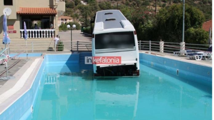 Κεφαλονιά: Λεωφορείο έπεσε σε πισίνα ξενοδοχείου