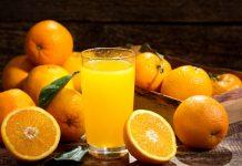 Πιείτε φρέσκο χυμό πορτοκάλι σε ποτηράκια από τις φλούδες του