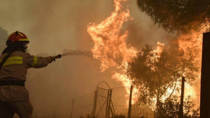 Βάρη: Ισχυρές πυροσβεστικές δυνάμεις στο σημείο λόγω πυρκαγιάς