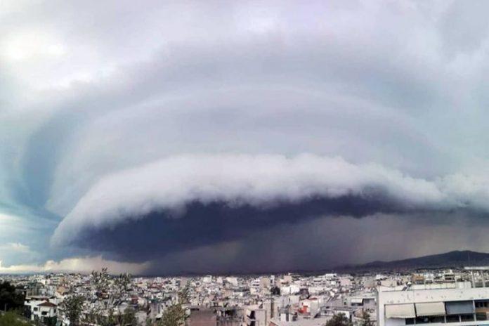 Μοιάζει με UFO αλλά είναι σύννεφο και κάλυψε την Αθήνα