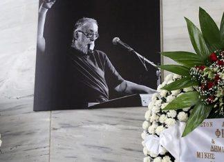 Ράγισαν καρδιές στον τελευταίο αποχαιρετισμό του Θάνου Μικρούτσικου
