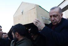 Τουρκία: Στην κηδεία μιας μητέρας και του γιου της που σκοτώθηκαν από τον φονικό σεισμό παρέστη ο πρόεδρος Ερντογάν - Στους 1.234 οι τραυματίες
