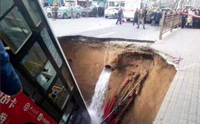 ΚΙΝΑ: Γιγάντια τρύπα άνοιξε ξαφνικά και κατάπιε λεωφορείο