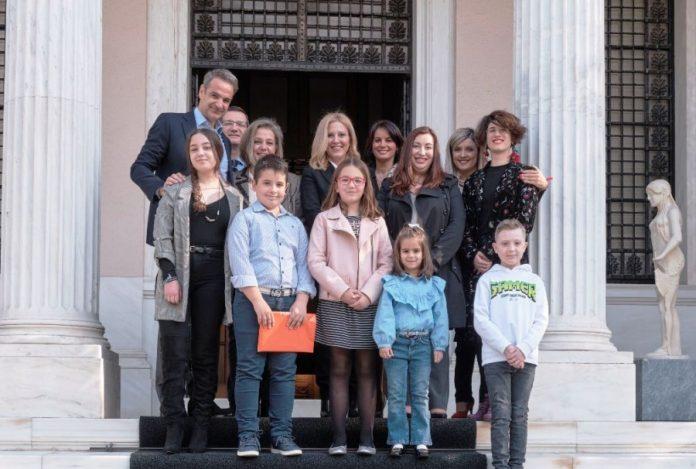 Συνάντηση Μητσοτάκη με παιδιά που νίκησαν τον καρκίνο