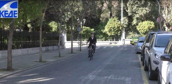 Ο πρόεδρος της ΚΕΔΕ πήγε στο Μέγαρο Μαξίμου με ηλεκτρικό ποδήλατο