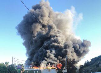 Ηράκλειο: Σε εξέλιξη μεγάλη φωτιά σε εργοστάσιο τυποποίησης ελαιολάδου