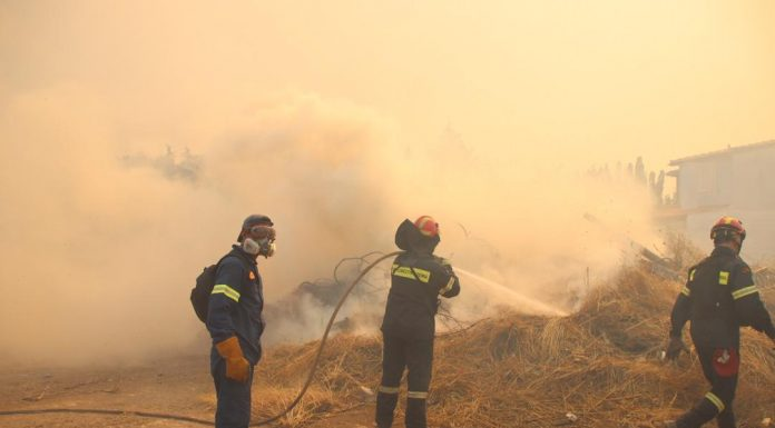 Ανάβυσσος: Μάχη με τις φλόγες – Εκκενώσεις οικισμών