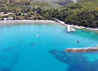 Ιόνιο: Η γαλαζοπράσινη παραλία που οφείλει το όνομα της στον Ρωμαίο Στρατηγό Αρίλλα