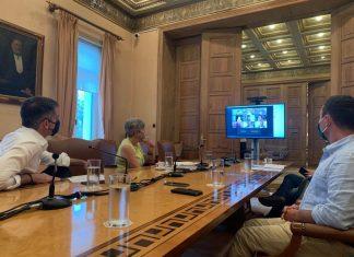 Μια μεγάλη προσπάθεια ενημέρωσης του μεταναστευτικού πληθυσμού της πόλης για την πανδημία του Covid-19 ξεκινά ο Δήμος Αθηναίων. Στο πλαίσιο αυτό συνεδρίασε το Συμβούλιο Ένταξης Μεταναστών και Προσφύγων (ΣΕΜΠ) παρουσία του Δημάρχου Αθηναίων Κώστα Μπακογιάννη και συζητήθηκε το σχέδιο συντονισμού μιας εκστρατείας πρόληψης και ευαισθητοποίησης μέσα από τη διάθεση ενημερωτικού υλικού σε διαφορετικές γλώσσες. Για το καλύτερο δυνατό αποτέλεσμα αυτής της προσπάθειας ξεκινά μία ακόμη πιο στενή συνεργασία του Δήμου Αθηναίων με τις μεταναστευτικές κοινότητες και οργανώσεις που συμμετέχουν στο ΣΕΜΠ. Στόχος είναι να αξιοποιηθούν καλές πρακτικές των μεταναστευτικών κοινοτήτων και φορέων που δραστηριοποιούνται στον τομέα παροχής υπηρεσιών σε πολίτες τρίτων χωρών. Η ενημέρωση θα γίνει τόσο μέσω αυτών των φορέων όσο και στο δρόμο με διανομή του ενημερωτικού υλικού, τηρώντας πάντα όλους τους κανόνες ασφάλειας για την προστασία από τον Covid-19. Υπενθυμίζεται ότι ο Δήμος Αθηναίων συνεχίζει την καμπάνια ενημέρωσης μεταναστών για την πανδημία μέσω του «Αθήνα 9.84» με τη μετάδοση ραδιοφωνικών μηνυμάτων σε 12 γλώσσες (Αγγλικά, Αραβικά, Γαλλικά, Γερμανικά, Ελληνικά, Ισπανικά, Ιταλικά, Κουρδικά, Ουρντού, Παντζάμπι, Ρουμανικά, Φαρσί). Μάλιστα τα σποτάκια αυτά διατίθενται για δωρεάν χρήση από κάθε ενδιαφερόμενο και ήδη έχουν δοθεί σε αρκετούς δήμους.