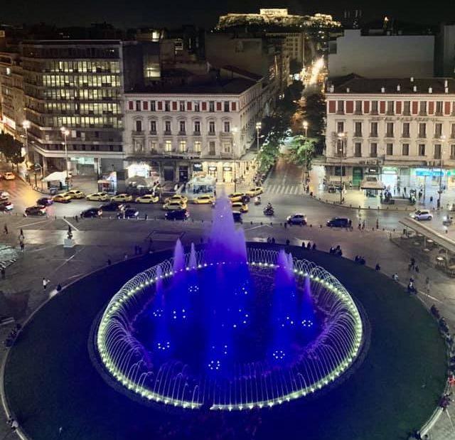 Δήμος Αθηναίων: Φωταγώγησε στα γαλανόλευκα το σιντριβάνι της Ομόνοιας