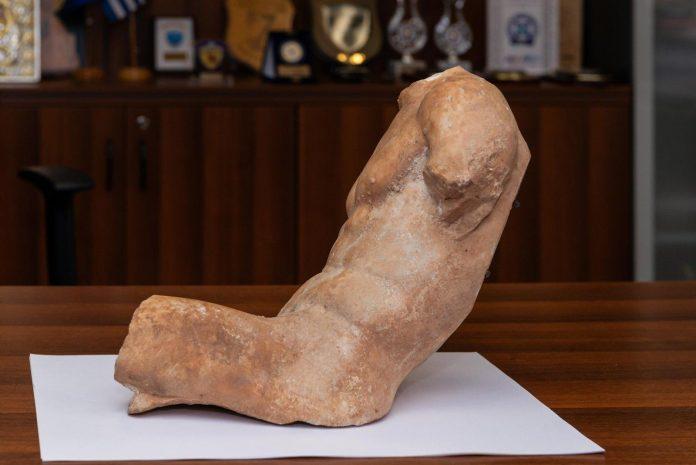 Αρχαίο άγαλμα του 5ου π.Χ. αιώνα παραδόθηκε από τη Διεύθυνση Ασφάλειας Αττικής στο Υπουργείο Πολιτισμού